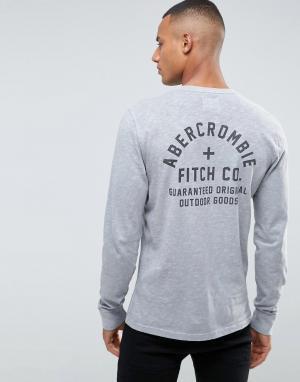 Abercrombie & Fitch Серый узкий лонгслив с принтом на спине. Цвет: серый