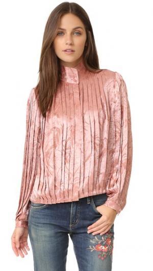 Плиссированная блуза Halina с высокой горловиной alice + olivia. Цвет: «пыльный» розовый