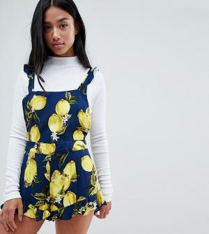 Glamorous Petite Ромпер-шорты с оборками и принтом лимонов. Цвет: синий