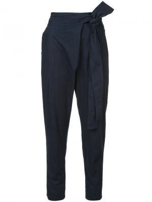 Зауженные брюки с запахом Apiece Apart. Цвет: синий
