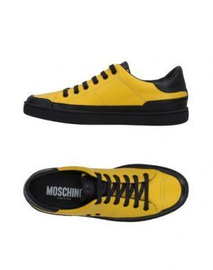 Низкие кеды и кроссовки MOSCHINO. Цвет: желтый