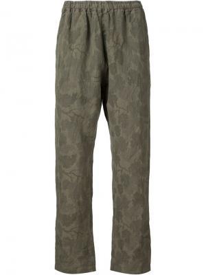Камуфляжные брюки с цветочным принтом White Mountaineering. Цвет: зелёный