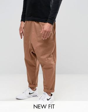ASOS Коричневые джоггеры с затягивающимся шнурком и заниженным шаговым швом. Цвет: коричневый