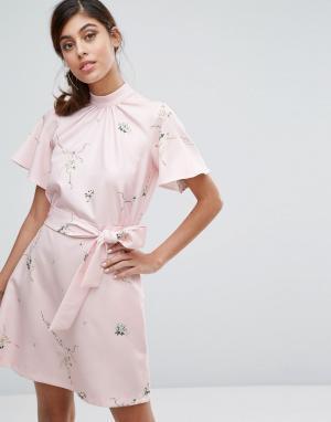 Closet London Платье с принтом, высоким воротником и поясом. Цвет: мульти