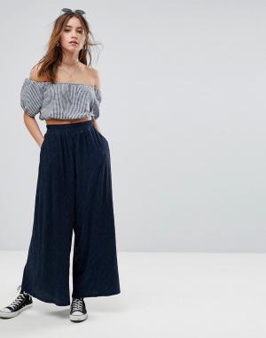 Glamorous Широкие плиссированные брюки. Цвет: темно-синий