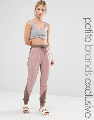 One Day Petite Спортивные штаны с контрастной вставкой. Цвет: мульти