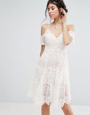 Love Triangle Кружевное платье миди с открытыми плечами. Цвет: белый