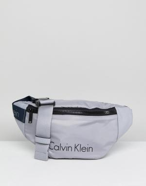 Calvin Klein Сумка-кошелек на пояс. Цвет: серый