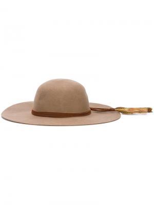 Фетровая шляпа с пером Sensi Studio. Цвет: коричневый