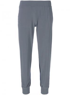 Спортивные брюки с полосками по бокам Norma Kamali. Цвет: серый