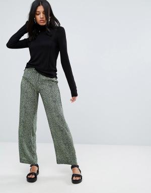 To Be Adored Шелковые брюки с леопардовым принтом Alisa. Цвет: зеленый