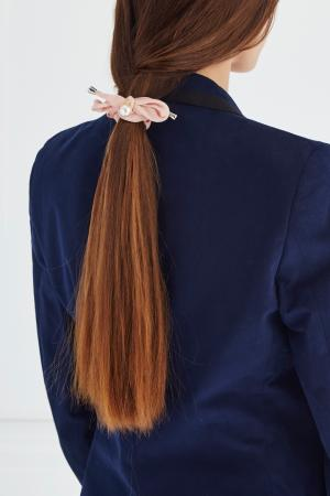 Резинка для волос с жемчужиной Lisa Smith. Цвет: розовый