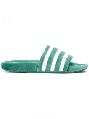 Шлепанцы в полоску Adidas Originals. Цвет: зелёный
