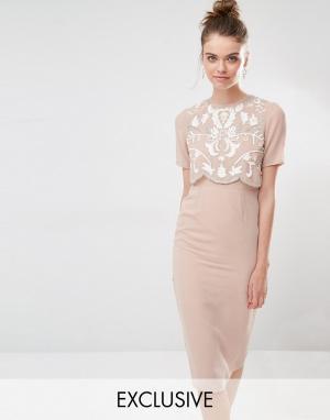 Frock and Frill Платье-футляр с декорированным верхним слоем. Цвет: коричневый