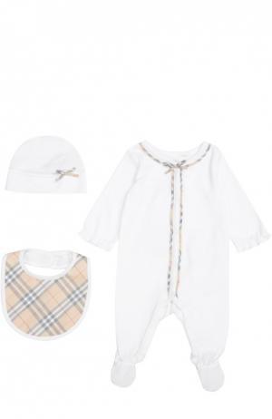 Пижама в комплекте с нагрудником и шапкой Burberry. Цвет: белый