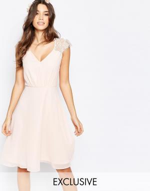 Elise Ryan Платье миди для выпускного с кружевом. Цвет: розовый