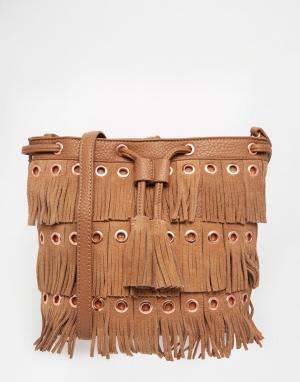 Urban Originals Сумка-мешок с бахромой. Цвет: рыжий