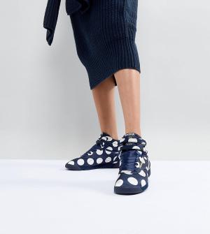 ASOS White Высокие кроссовки в крупный горошек x Reebok Freestyle. Цвет: темно-синий