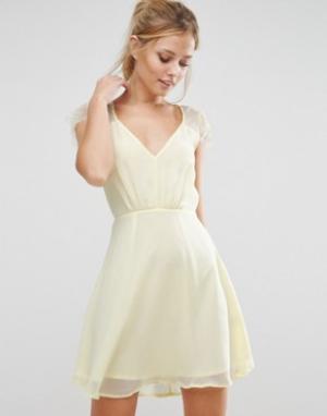 Elise Ryan Короткое приталенное кружевное платье. Цвет: желтый