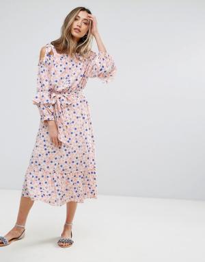 Pearl Платье в горошек с открытыми плечами. Цвет: розовый