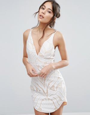 Love Triangle Кружевное платье с глубоким вырезом. Цвет: белый