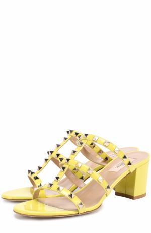 Лаковые босоножки Rockstud на устойчивом каблуке Valentino. Цвет: желтый