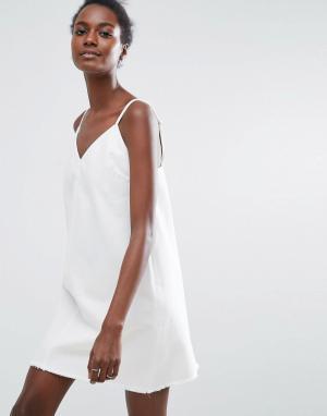 ASOS Белое джинсовое платье-комбинация. Цвет: белый