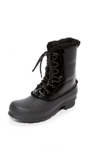 Оригинальные лакированные ботильоны на шнуровке Hunter Boots. Цвет: голубой