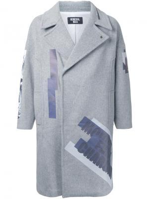 Однобортное пальто с принтом General Idea. Цвет: серый