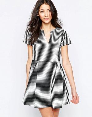 Wal G Короткое приталенное платье в полоску с открытой горловиной. Цвет: черный