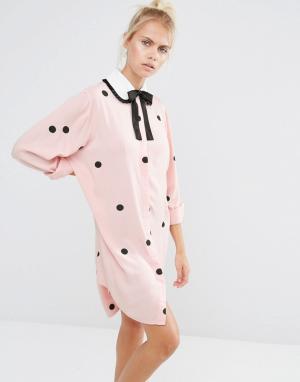 Lazy Oaf Платье-рубашка в горошек с завязкой на воротнике. Цвет: розовый