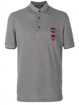 Рубашка-поло с заплатками в виде дизайнеров-чертов Dolce & Gabbana. Цвет: серый