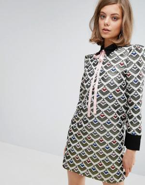 Sister jane Жаккардовое цельнокройное платье с бантом. Цвет: мульти