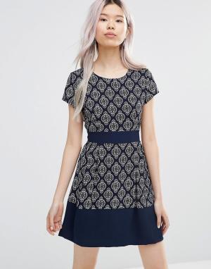 Wal G Короткое приталенное платье с геометрическим принтом. Цвет: темно-синий