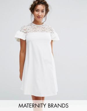 Queen Bee Свободное платье с кружевом и оборками на рукавах Maternity. Цвет: белый