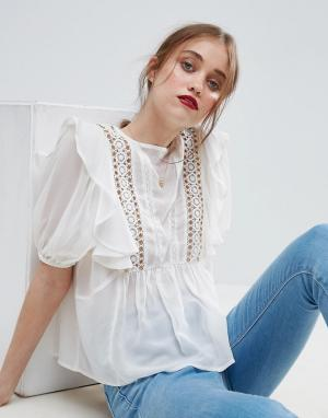 ASOS Блузка с рюшами, люверсами и кружевной вставкой. Цвет: кремовый