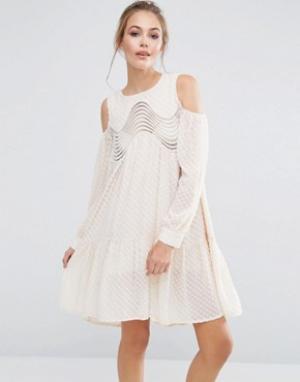 Dark Pink Платье с асимметричным подолом и открытыми плечами. Цвет: кремовый