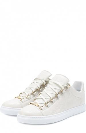 Кеды из фактурной кожи на шнуровке Balenciaga. Цвет: белый