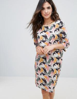 Soaked in Luxury Цельнокройное платье с принтом птиц. Цвет: мульти