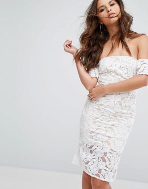 PrettyLittleThing Кружевное платье миди с открытыми плечами. Цвет: белый