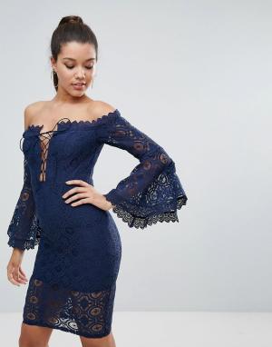 Love Triangle Кружевное платье-футляр с открытыми плечами и шнуровкой. Цвет: темно-синий