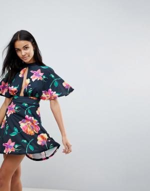 Love Короткое приталенное платье с цветочным принтом и чокером. Цвет: мульти