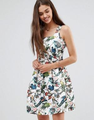 Darling Короткое приталенное платье с цветочным принтом. Цвет: белый