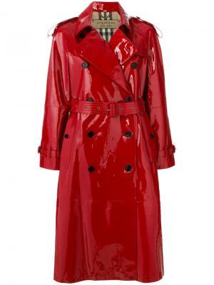 Лакированное пальто-тренч Burberry. Цвет: красный