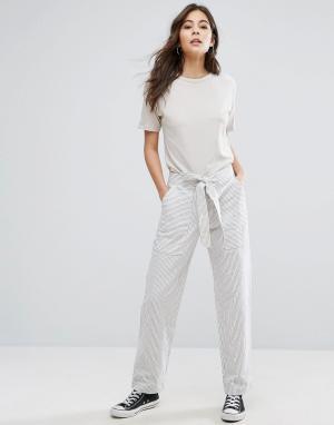 YMC Льняные брюки в полоску с поясом на талии. Цвет: белый