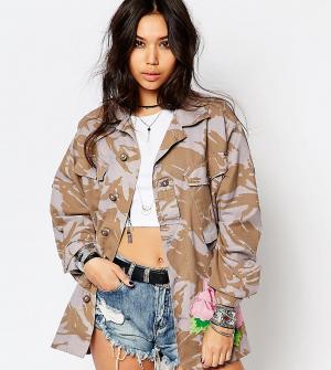 Reclaimed Vintage Камуфляжная куртка в стиле милитари с большой вышитой розой. Цвет: синий