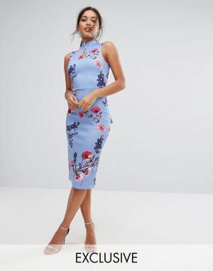 True Violet Платье-футляр с высоким воротом и бантом на спине. Цвет: мульти