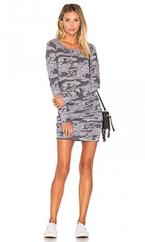 Камуфляжное спортивное платье MONROW. Цвет: серый