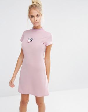 Lazy Oaf Платье мини с высокой горловиной. Цвет: розовый