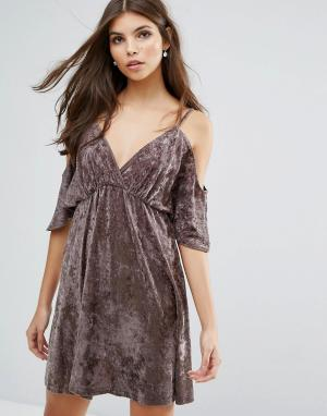 Love Бархатное платье с открытыми плечами. Цвет: бежевый
